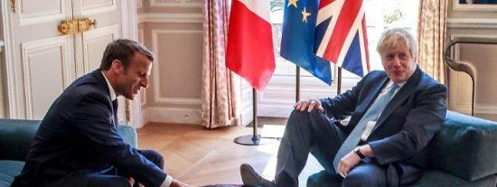 La historia secreta de la imagen de Boris Johnson con el pie en la mesa del presidente Macron