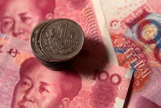 El yuan chino rompe la barrera psicológica del 7 a 1 frente al dólar tras los aranceles de Trump