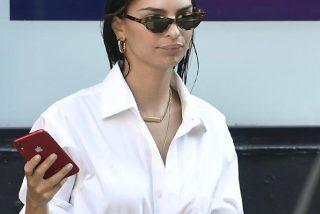 Los paparazzis pillan infraganti a Emily Ratajkowski con la blusa abierta y sin sujetador