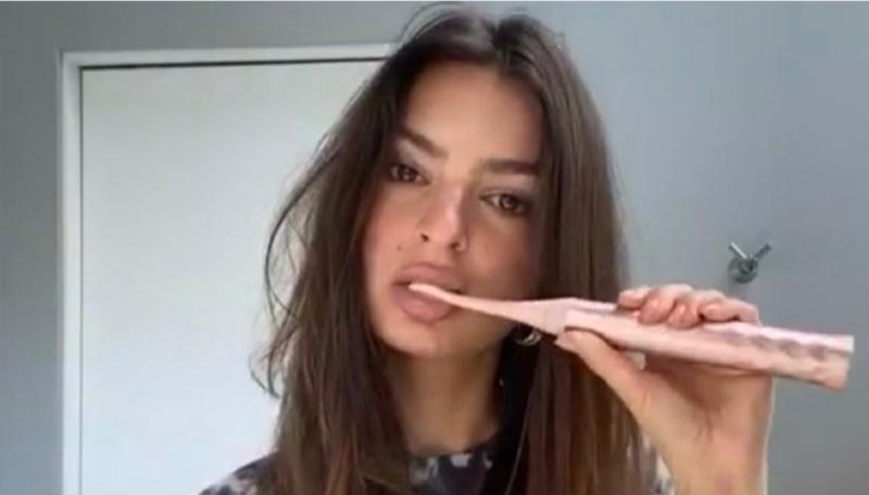 Emily Ratajkowski se graba mientras se cepilla los dientes en ropa interior
