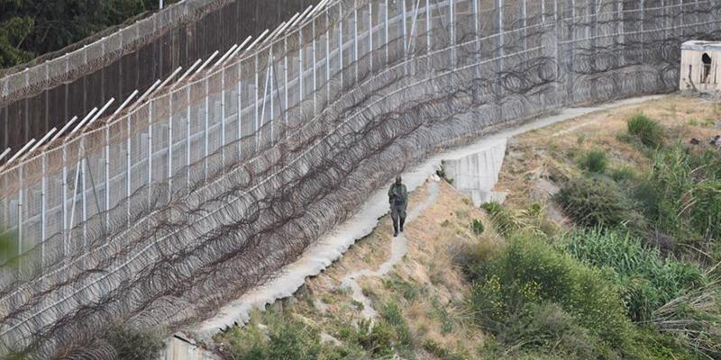 Entran al asalto 153 'sin papeles' en Ceuta, dejando por el camino a 6 guardias civiles heridos