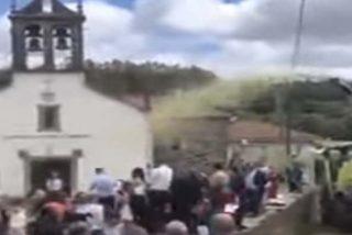 Esta boda en un pequeño pueblo de Galicia está arrasando: mira lo que sale de la cosechadora