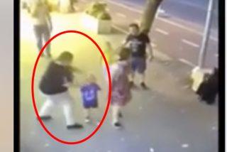 Esta mujer apuñala a un niño de 3 años en la cara y después lo intenta con su hermana