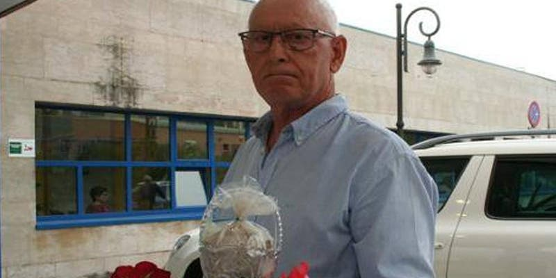 Este vecino de Asturias lleva las cenizas de su mujer al centro de salud: «La mandaron a casa y murió»