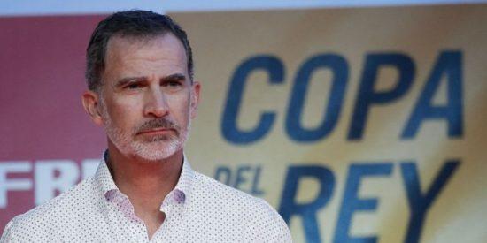 Un paparazzi pesado y muy maleducado molesta al rey Felipe en Mallorca