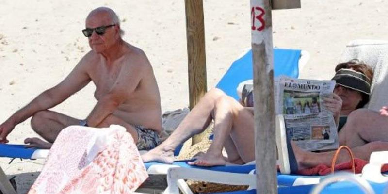 Francisco González disfruta en las playas de Mallorca junto a su mujer