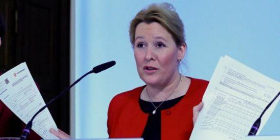 Mensaje a Pedro Sánchez: La 'mera sospecha' de que plagió su tesis 'inhabilita' a la ministra alemana de Familia