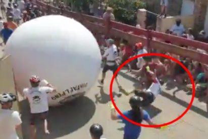 'Karma socialista': el alcalde de Mataelpino ordena quitar peso al 'boloencierro' y la bola gigante le arrolla estampándole contra una valla