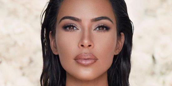 Kim Kardashian se enfunda este traje de plata más apretado que 'el condón de un burro'