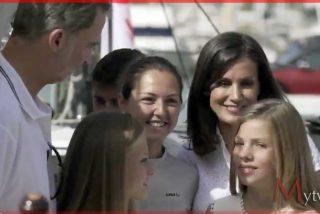 La Reina Letizia con el Rey, la infantas y la sargento primera Natalia Díaz, capitana del barco.