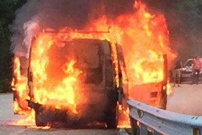 El momento en que el machote salva la vida tirándose de cabeza por la ventanilla de la furgoneta en llamas