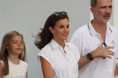 La Reina Letizia triunfa en Mallorca con un vestido blanco de rebajas