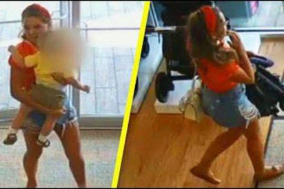 La ladrona patosa que roba un carrito de bebé y se deja al niño en la tienda