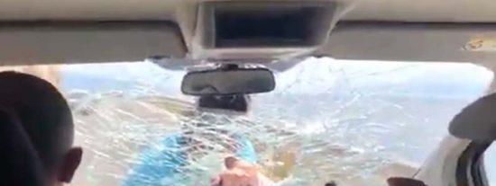 La terrible pesadilla de una familia española en Albania: 3 kilómetros con un loco violento subido al capó