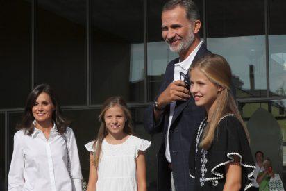 """Felipe VI echa un capote a su hija ante una pregunta de los periodistas: """"Una cosa íntima"""""""