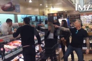 Recuperan el extraordinario vídeo viral de Metallica cantando en un supermercado