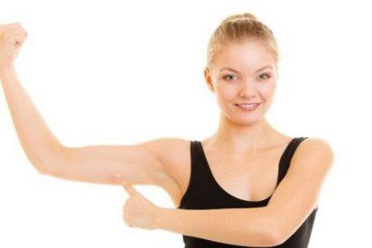 ¿Tienes flacidez en los brazos? Esta es la mejor postura de yoga para tonificarlos
