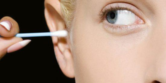 Padece una infección en el cráneo por limpiarse las orejas con bastoncillos