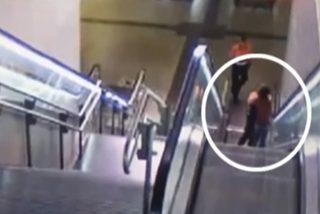 Estos dos vigilantes de seguridad propinan una paliza a un 'intruso' en una estación de metro en Madrid