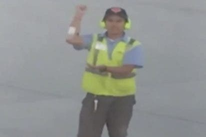 Pasajero de un avión juega a piedra, papel o tijera con un señalero del aeropuerto de Atlantic City
