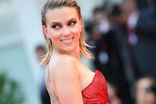 La bella Scarlett Johansson y la leve raja de su falda arrasan en el Festival de Venecia