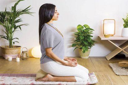 Cómo sentarse sobre el cojín de meditación y evitar malas posturas