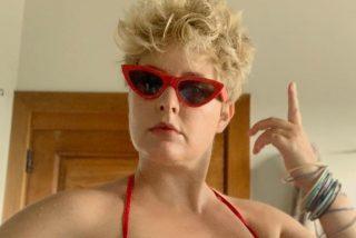 Tania Llasera despide sus vacaciones con un nuevo posado tambien 'cuirvy' pero esta vez en bañador
