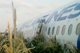 Este avión con más de 200 pasajeros aterriza de panza en un campo de maíz a las afueras de Moscú