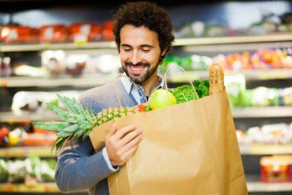 Un estudio afirma que los hombres evitan llevar al supermercado bolsas reutilizables para no parecer gays
