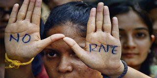 La mujer es violada en grupo por varios jugadores después de que su marido la ofreciera como pago por una apuesta