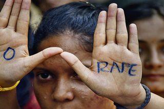 Mujer sufre una violación múltiple en la India después de que su marido la ofreciera como pago por una apuesta
