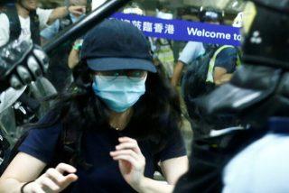 Violentos enfrentamientos con la policía y vuelos cancelados en otro día de parálisis del aeropuerto de Hong Kong