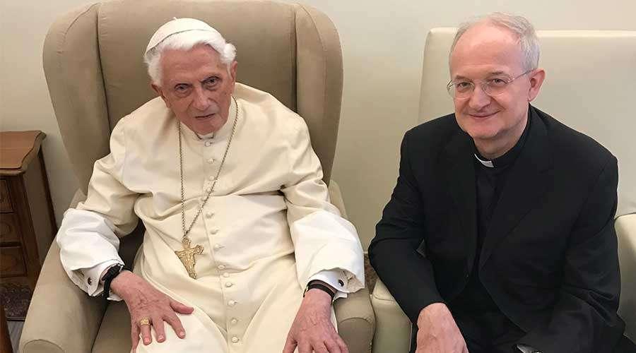 Benedicto XVI rehabilita al profesor cesado por los bergoglianos