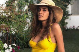 Este posado en bañador amarillo de Sara Carbonero incendia las redes