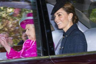 Kate Middleton acude a misa con miles de euros en joyas y el 'populacho' se le echa encima
