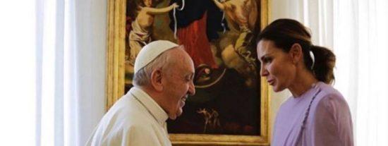 Mar Flores saluda a Francisco en el Vaticano