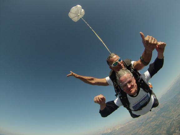 Un obispo francés realiza un espectacular salto en paracaídas por las vocaciones