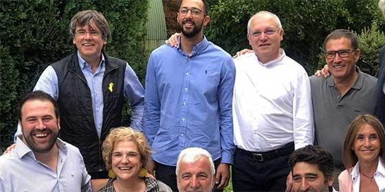 Nunca una foto ha provocado tantos escalofríos: Puigdemont reúne en su guateque estival en Waterloo a Rahola, Valtonyc y un jefe de Bildu