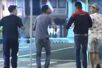 Burlas a la víctima y a la Justicia: los argelinos que violaron a una española de 18 años salen riendo y fumando porros