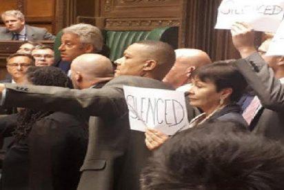 Los parlamentarios británicos indignados se rebelan contra la suspensión del Parlamento cantando, exhibiendo carteles y gritando