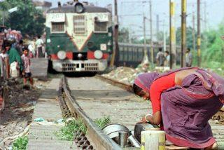 Una anciana de 70 años cruza irresponsablemente una vía de tren y sobrevive agachada debajo
