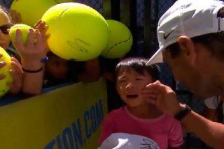 Rafa Nadal vuelve a demostrar su grandeza al rescatar y consolar a un niño vapuleado por una multitud de fans