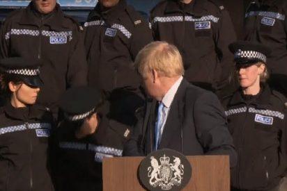 """Al Primer Ministro Boris Johnson """"no se le mueve un pelo"""" cuando una mujer policía cae fulminada tras él"""