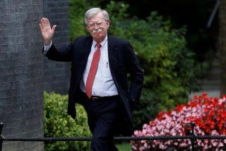 """La """"patada en el trasero"""" propinada al ex asesor de Seguridad Nacional norteamericano John Bolton siembra las redes de memes"""