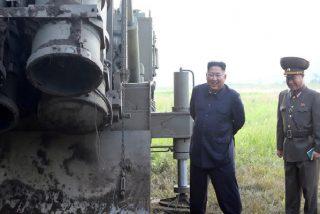 El Líder Supremo comunista Kim Jong-un se regodea probando un nuevo sistema lanzacohetes múltiple supergrande