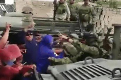 Duro enfrentamiento entre militares y civiles en México acaba a palos, piedras y tiros al aire