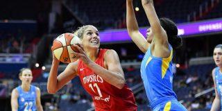 """Amonestan y echan de la cancha a una jugadora de baloncesto estadounidense por tocar levemente con la mano al """"delicado"""" árbitro"""