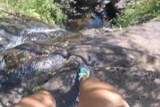 """Una mujer haciendo """"el canelo"""" con su GoPro graba su aparatosa caída desde la cima de una cascada en Hawái"""