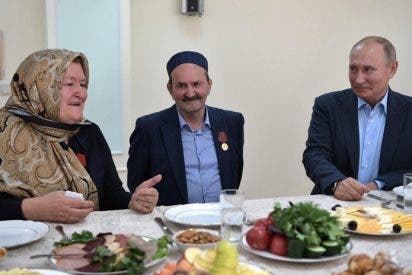Putin cumple una antigua promesa y se toma un trago de vodka con las autodefensas de Daguestán