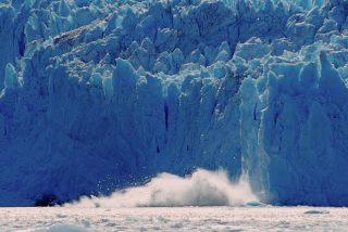 Gigantescos bloques de hielo se desprenden de un glaciar en Alaska generando una enorme ola